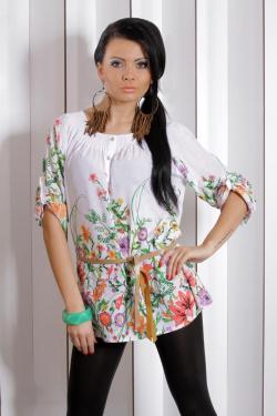 Velice něžná a volná tunika s květinovými motivy. V podobném modelu budete vypadat jemně a žensky