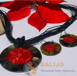 Náhrdelník s náušnicemi a náramkem. Materiál: červený korál, pawa mušle. Cena: 489 Kč