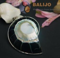 Přívěšek ze stříbra a lastury. Material: stříbro 925gr, přírodní lastura a pryskyřice. Cena: 559 Kč