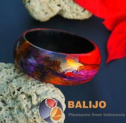 Ručně vyráběný náramek, zdobený přírodními barvivy. Cena: 89 Kč